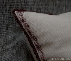 Уголок подушки, обвязанный крючком